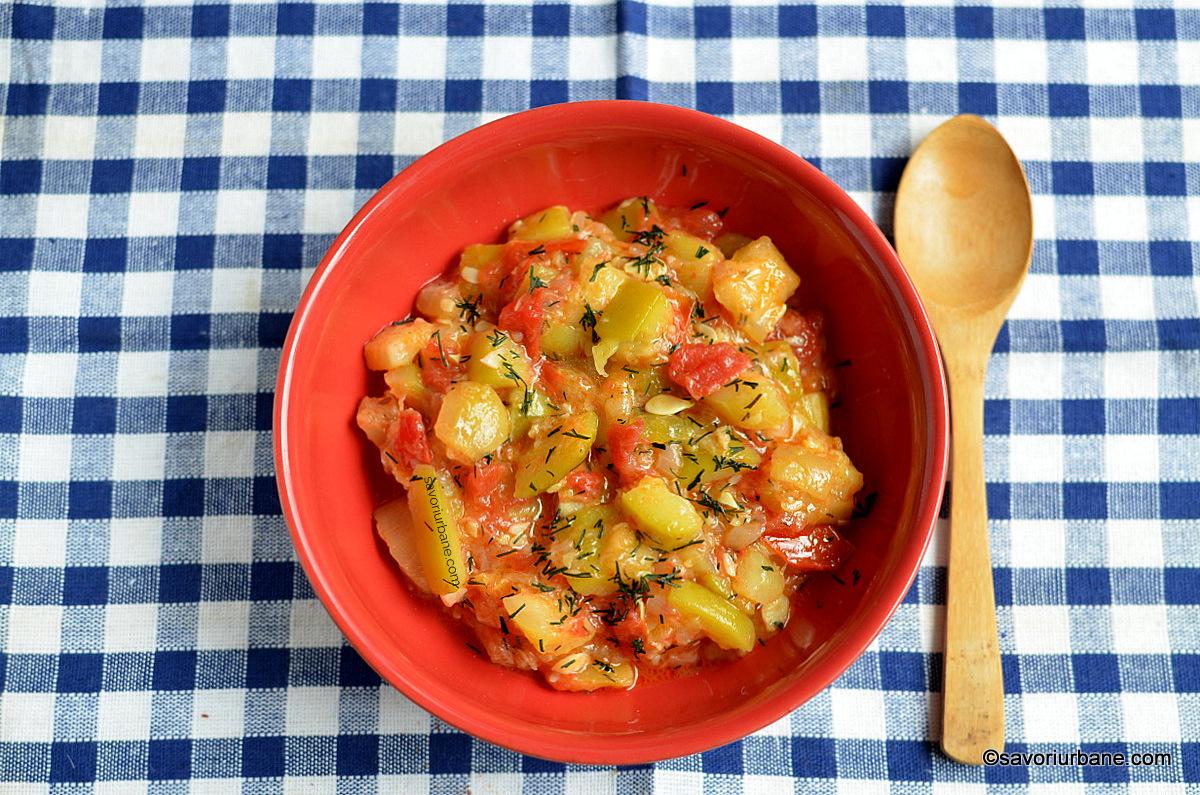 Dovlecei scăzuți sau mâncare de dovlecei cu roșii și usturoi | Savori Urbane